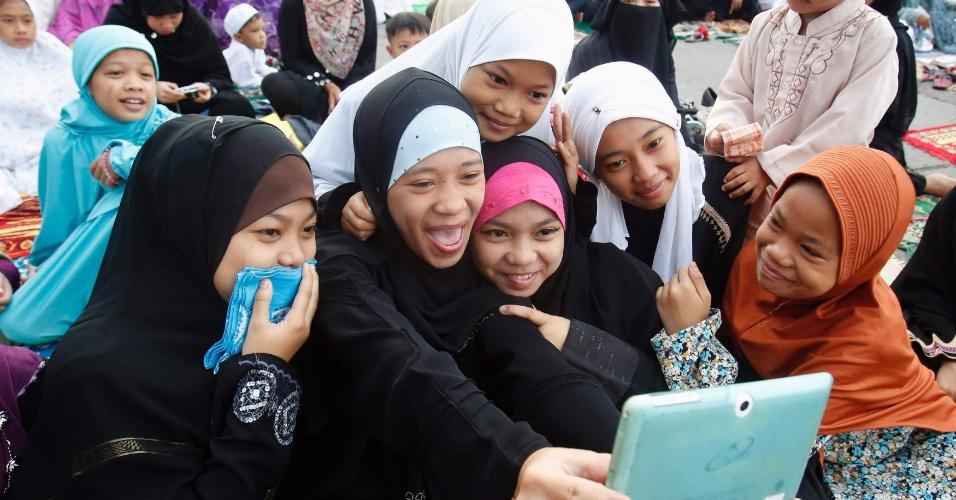 9ago2013---grupo-de-jovens-muculmanas-usa-um-tablet-em-manila-capital-das-filipinas-durante-celebracao-do-eid-al-fitr-que-marca-o-fim-do-mes-sagrado-do-ramada-as-mocas-parecem-estar-tirando-um-1376076483680_956x500