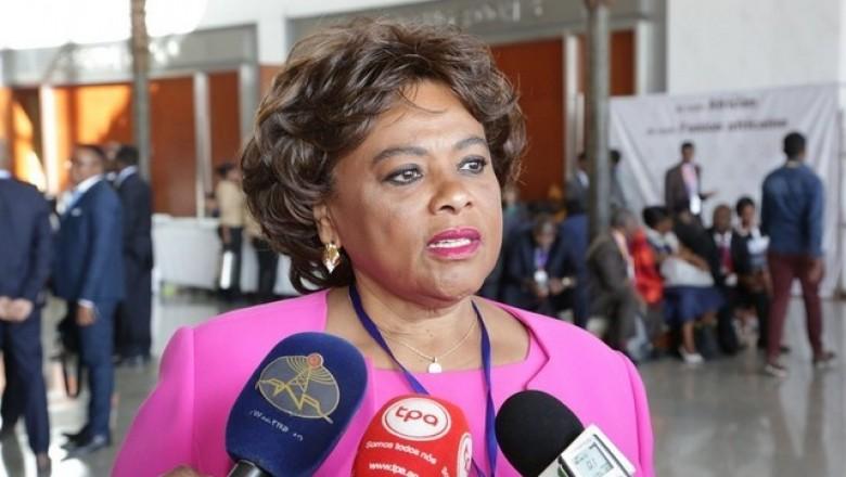 Carolina Cerqueira ministra da cultrua de angola